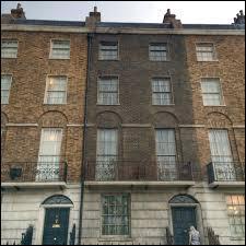 Dans le tome 7, Harry, Ron et Hermione trouvent refuge quelque temps au 12, Square Grimmaurd. A qui appartient la maison ?