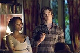 Pendant combien de temps Damon est-il resté coincer dans le monde parallèle avec Bonnie ?