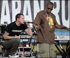 """En 2004, avec quel rappeur américain le groupe enregistre-t-il une nouvelle version de leur tube """"Numb"""" ?"""