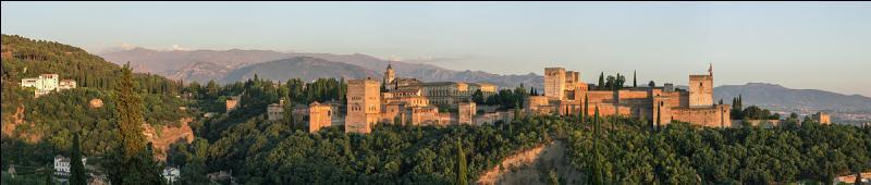 Quelle ville espagnole abrite le célèbre palais de l'Alhambra ?