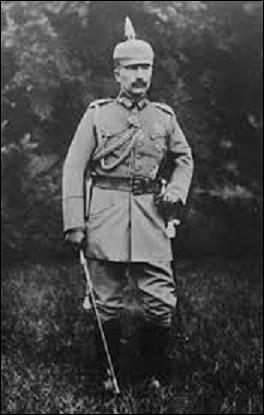 Lors de la naissance, le 27 janvier 1859, à Berlin, le futur empereur d'Allemagne Guillaume II se voit atteint d'une atrophie partielle d'un bras suite à l'accouchement difficile de sa mère. Mais duquel s'agit-il ?