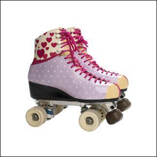 À qui appartiennent ces patins avec de jolis cœurs ?