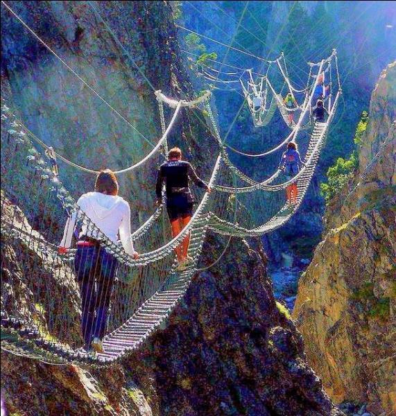 Ces personnes sont en vacances, et tel Indiana Jones dans le numéro 2 de ses aventures périlleuses, empruntent un pont qui balance, et est composé de lamelles de bois. Comment nomme-t-on ce type de pont?