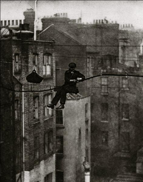 Voilà une photographie du début du siècle précédent, qui fait froid dans le dos. Cet homme apparemment très à l'aise en dépit de l'installation précaire et périlleuse, exerce quel métier?
