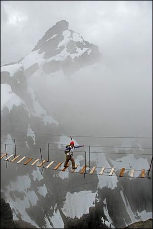 N'avait-on donc pas plus de planches ? Imaginez la concentration nécessaire pour traverser ce pont ! Il semble cependant que ce soit une partie d'un genre de parcours sportif ! Dans quel pays se trouve-t-on ?