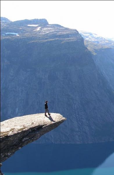 Certains sont prêts à tout pour une photo originale, comme ici, en bord de falaise. Il ne faut pas avoir le vertige. Quelle condition impérative doit être là pour être victime de vertige?