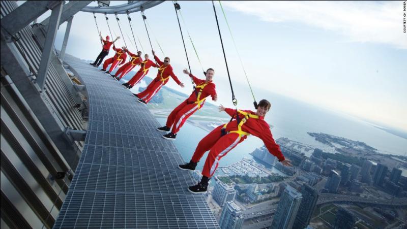 Les personnes que voyez ici en déséquilibre sur le vide ne sont ni des parachutistes ni des cascadeurs, mais de simples touristes. La passerelle extérieure est à 356 m du sol, au dessus de la ville de... ?
