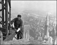 Lorsque les architectes les plus fous eurent l'idée de construire sur l'île de Manhattan les buildings les plus hauts, les chantiers atteignaient des hauteurs vertigineuses, comme on le voit sur la photo. On s'aperçut qu'une tribu indienne n'appréhendait pas les grandes hauteurs, et on recruta ses membres en nombre comme ouvriers de construction. De quelle tribu étaient-ils?