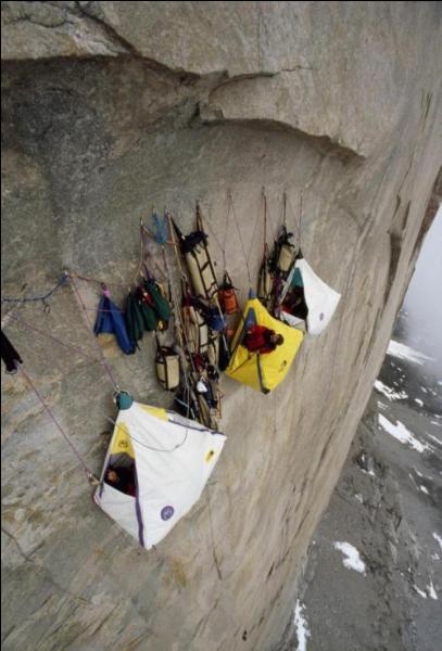 Cette image d'escalade est-elle truquée ou pas, autrement dit est-il possible qu'ils dorment ainsi dans des tentes suspendues par quelques crochets, dans le vide?