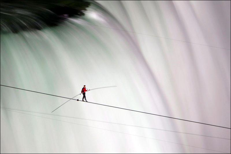 Les funambules ont le talent de marcher sur des fils, dans des endroits toujours plus vertigineux. Le français Petit a ainsi traversé en 1974 entre les sommets des deux tours du World Trade Center de NYC (417 m au dessus de la ville), ici le funambule américain Nik Wallenda traverseau dessus... ?