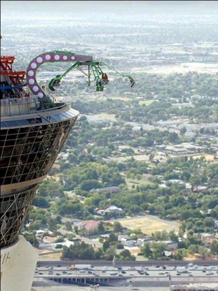 """Au sommet de cette tour, qui est un hôtel, c'est à dire à 350 mètres du sol, on trouve des attractions de fête foraine, vertigineuses. A votre avis, dans quelle ville est située cette """"folie"""" ?"""