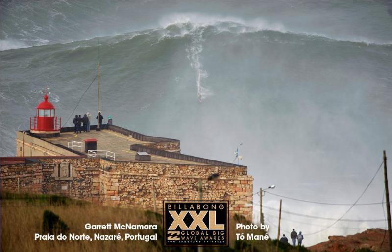 Les champions de surf grimpent des vagues tout à fait vertigineuses, dont les rouleaux draînent des tonnes et des tonnes d'eau. Les plus hautes atteignent?