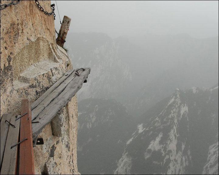 Là, on frôle la folie ! Voilà le passage à emprunter à flanc de montagne, à plus de 2500 m d'altitude ! Dans quel pays emprunte-t-on cette voie périlleuse et effrayante?