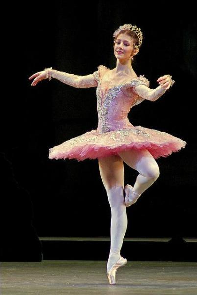 Voici une danseuse roumaine. Elle faisait partie du Royal Ballet mais a rejoint l'English National Ballet en 2013. C'est...