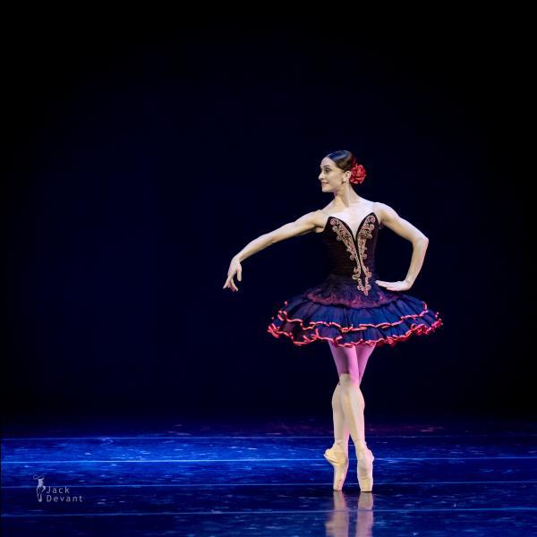 Voici une autre danseuse française...