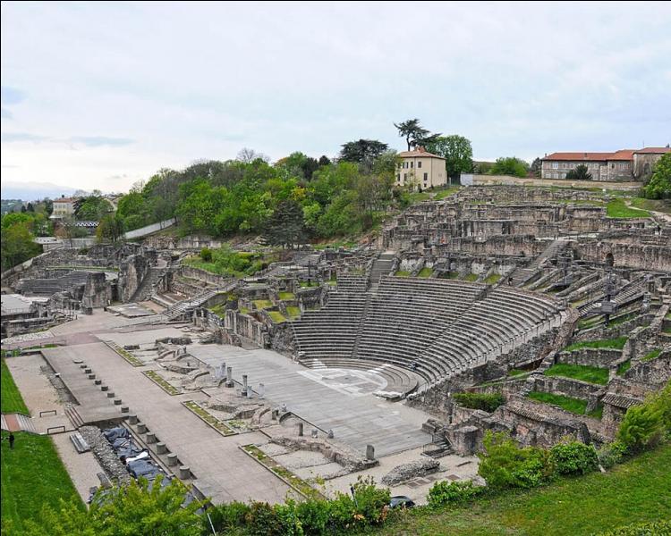 Principal monument romain visible à Lyon, le Théâtre antique forme avec ses voisins l'Odéon antique et le musée gallo-romain un site archéologique remarquable. il est adossé à...