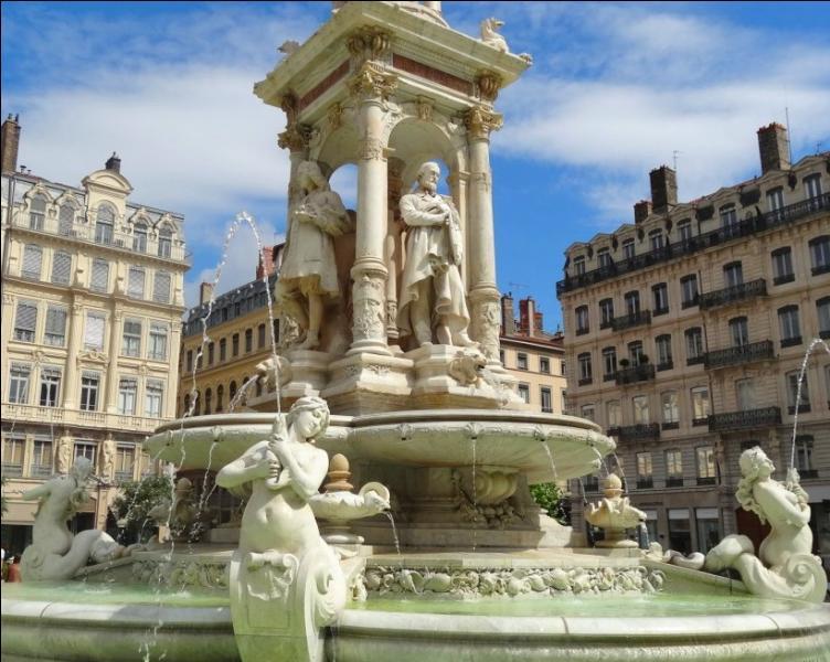 Sur quelle place, carrefour important de la ville, est située cette fontaine dédiée aux hommes illustres de Lyon ?