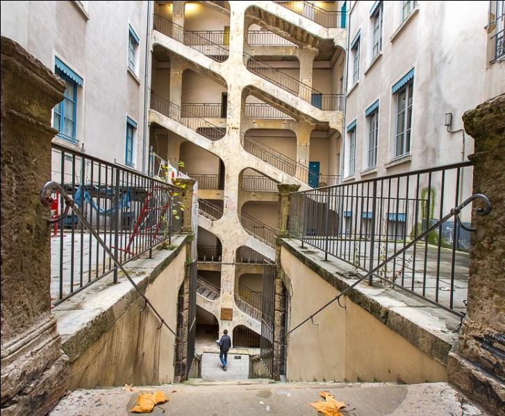 Couloirs secrets de la résistance et de la révolte des canuts, c'est l'une des plus connues des traboules de Lyon...