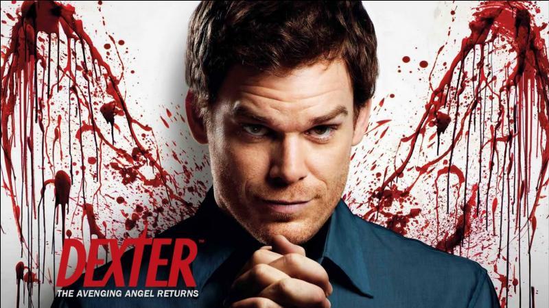 """Dans le générique cultissime de """"Dexter"""" qui montre le réveil du tueur quelle est la première action qu'on le voit faire a l'écran ?"""