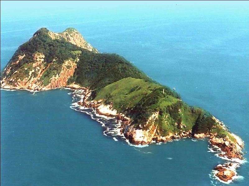 Quelle île est connue comme étant le lieu abritant la population de serpents la plus dense de la planète, près de cinq serpents par mètre carré