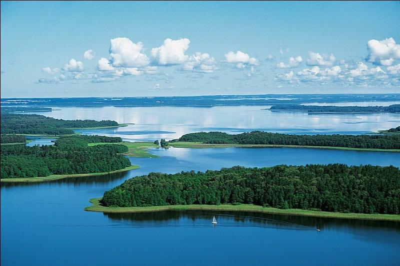Certaines zones géographiques sont connues pour la présence de nombreux lacs. Lesquelles ?