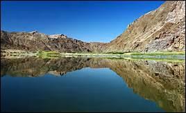 Comment s'appelle le fleuve, long de 2 250 km, qui marque la frontière sud du pays ?