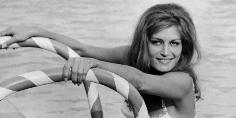 """Quelle chanson de Dalida commence par : """"Je vais vous raconter avant de vous quitter, l'histoire d'un petit village près de Napoli"""" ?"""