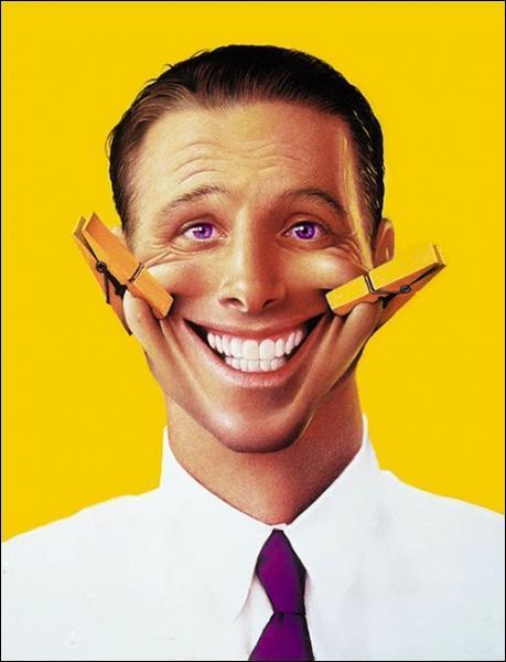 Selon l'expression, quelle est la couleur d'un rire forcé qui dissimule mal le dépit ou la gêne ?