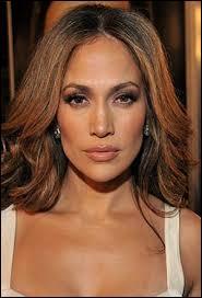 """C'est une chanteuse et actrice porto-ricaine connue pour ses tubes """"If You Had My Love"""" ou encore """"On the Floor"""", il s'agit de..."""