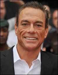 C'est un acteur belge pratiquant des arts martiaux, également connu pour sa façon de parler bien à lui, il s'agit de...