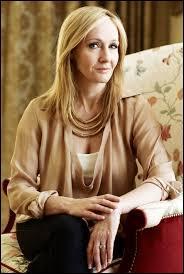 """C'est une écrivaine devenue célèbre grâce à sa saga littéraire """"Harry Potter"""", il s'agit de..."""