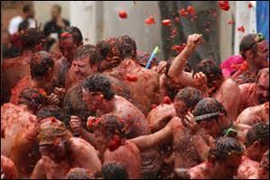 """En Italie, on assiste à des batailles de tomates à la """"Tomatina""""."""