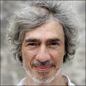 Benoit766 a abandonné son livre de maths pour t'offrir une photo de ton chanteur préféré :