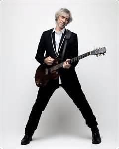 Louis Bertignac est même venu t'offrir son instrument de musique :