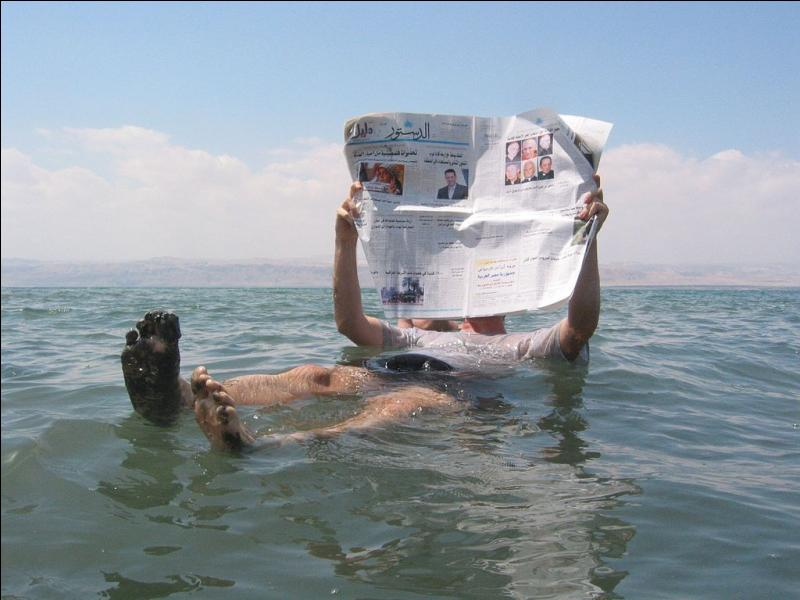 Quelle étendue d'eau est tellement salée qu'on y flotte sans effort ?