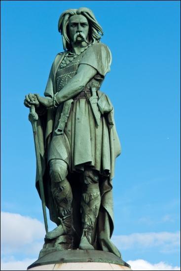 Quel chef gaulois rallie à lui les peuples de la Gaule pour combattre Jules César et son armée romaine ?