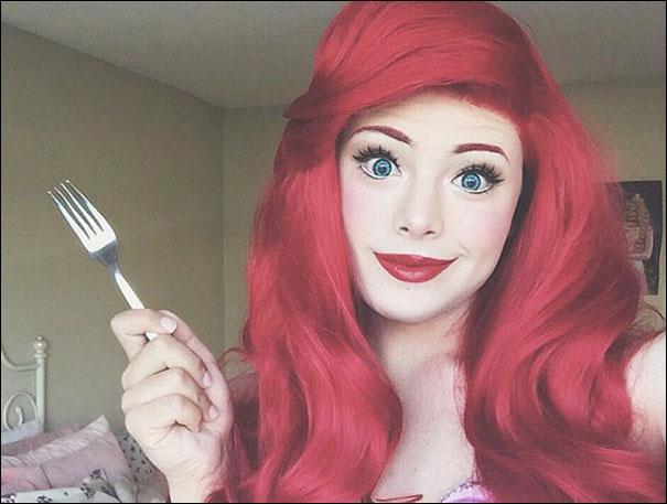 Que fait bien souvent Ariel avec une fourchette ?