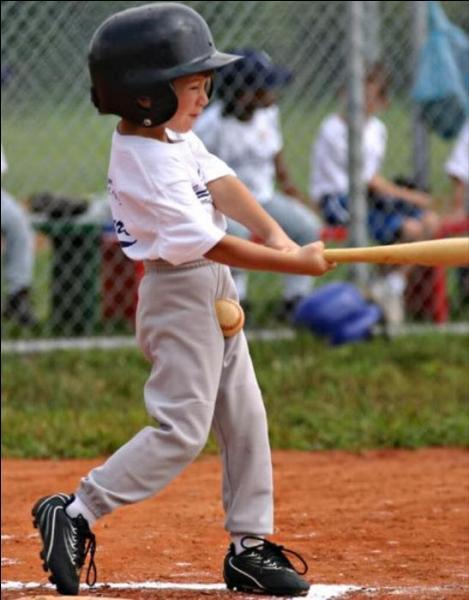 Quel sport ce garçonnet pratique-t-il ?