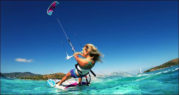 Quel sport consiste à surfer sur les vagues en étant tracté par un cerf-volant ?