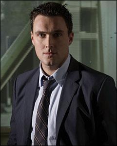 Owain Yeoman joue le rôle de l'inspecteur :