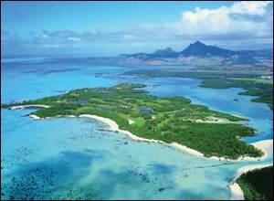 Quelle jolie petite île est facilement accessible en catamaran ?