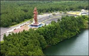 A Grand Bassin, quelle divinité est représentée par une statue de 108 pieds de haut ?