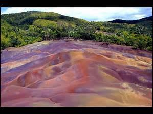 """Quel élément est présent en quantité dans le sol des """"Terres de Sept Couleurs"""" ?"""