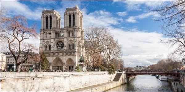 Notre-Dame de Paris est une cathédrale de style :