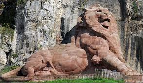 Quelle ville célèbre pour son lion a été défendue par Denfert-Rochereau contre les Prussiens lors de la guerre de 1870 ?