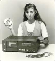 Quel objet fait son apparition dans les magasins en 1982 ?