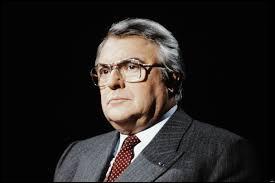 En janvier 1982, le gouvernement de Pierre Mauroy instaure la semaine des...