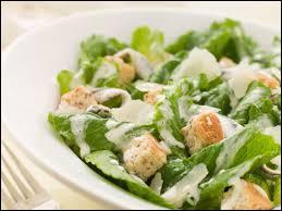 Où la salade César commença-t-elle par être servie ?