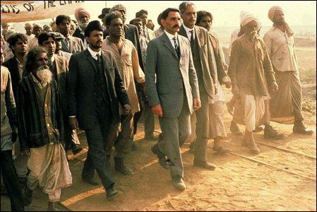 """Film avec Ben Kingsley, Oscar du meilleur film en 1983. Il retrace la vie de """"mahatma""""."""