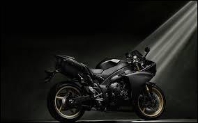 Où se situe le frein avant sur une moto ?